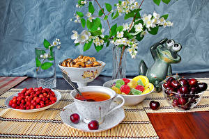 Fotos Stillleben Tee Hügel-Erdbeere Kirsche Marmelade Tasse Trinkglas