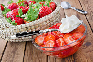 Images Strawberry Wood planks Wicker basket Spoon Cream