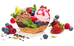 Fotos Süßigkeiten Speiseeis Schokolade Erdbeeren Heidelbeeren Himbeeren Weißer hintergrund