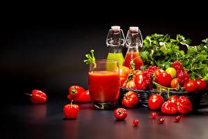 Bilder Tomate Paprika Johannisbeeren Schwarzer Hintergrund Trinkglas Flaschen das Essen