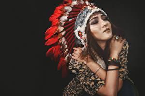Fotos Federhaube Indianer Schön Schwarzer Hintergrund Mädchens