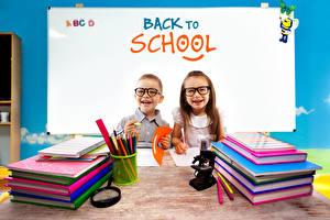 Hintergrundbilder Schule Englisch Kleine Mädchen Jungen Brille Lächeln Bücher Notizblock Bleistift Kinder