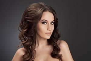 Hintergrundbilder Model Schön Haar Braunhaarige Grauer Hintergrund Blick Frisuren junge Frauen