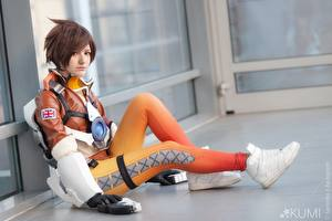 Fonds d'écran Overwatch Jambe Cosplay Aux cheveux bruns Assises Tracer bishojo, seifuku Filles