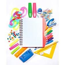 Hintergrundbilder Schreibwaren Weißer hintergrund Notizblock Kugelschreiber Bleistifte