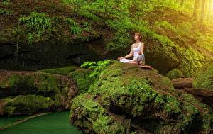 Fonds d'écran Pierres Falaise Bryophyta Aux cheveux bruns Yoga S'asseyant Nature Filles