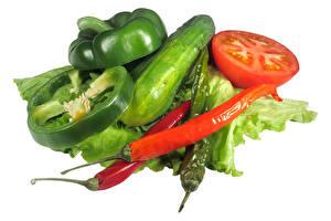 Bilder Gemüse Gurke Paprika Tomaten Weißer hintergrund Lebensmittel