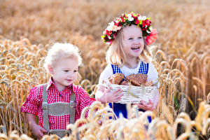Bilder Brötchen Felder Weizen Kleine Mädchen Jungen 2 Spitze Weidenkorb Lächeln Kranz kind