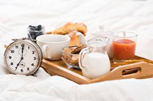 Fotos Uhr Milch Fruchtsaft Frühstück Kanne Trinkglas Tasse Lebensmittel
