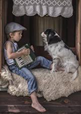 Bilder Hund Junge Baseballmütze Sitzt Jeans kind