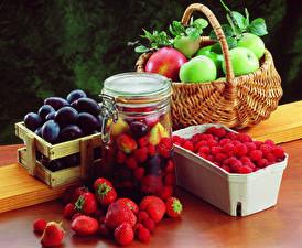 Fotos Obst Erdbeeren Himbeeren Pflaume Äpfel Einweckglas Weidenkorb