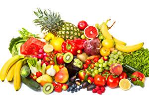 Fotos Obst Gemüse Weintraube Ananas Birnen Bananen Tomate Knoblauch Himbeeren Erdbeeren Peperone Weißer hintergrund