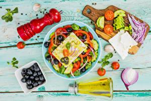 Hintergrundbilder Salat Gemüse Oliven Zwiebel Tomate Käse Bretter Teller Schneidebrett Flasche