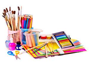 Fotos Schreibwaren Weißer hintergrund Bleistift Blatt Papier Pinsel Anstrichmittel