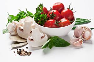 Fotos Gemüse Tomate Pilze Knoblauch Zucht-Champignon Weißer hintergrund Lebensmittel