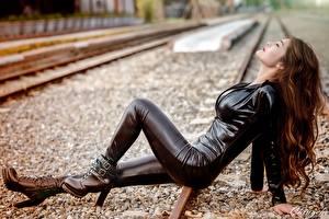 Fotos Asiaten Eisenbahn Braune Haare Latex Mädchens