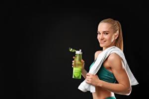 Bilder Fitness Flasche Schwarzer Hintergrund Lächeln Mädchens