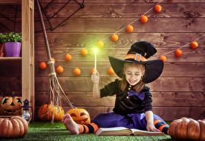 Hintergrundbilder Halloween Kürbisse Hexe Kleine Mädchen Der Hut Sitzt Buch Bretter kind