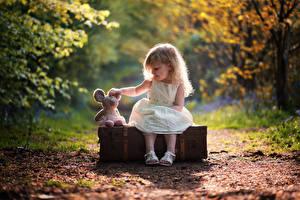 Hintergrundbilder Kleine Mädchen Sitzt Koffer Kinder