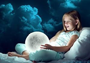 Bilder Kleine Mädchen Kugeln Erstaunen Kinder