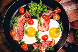Fotos Fleischwaren Tomate Dill Schinkenspeck Spiegelei Bratpfanne Lebensmittel