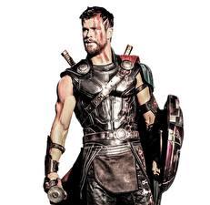 Bilder Thor: Tag der Entscheidung Krieger Chris Hemsworth Mann Weißer hintergrund Schild (Schutzwaffe) Film Prominente