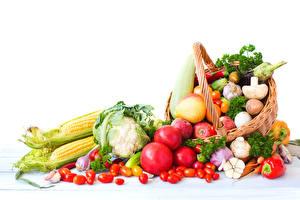 Bilder Gemüse Tomate Mais Pilze Äpfel Weißer hintergrund Weidenkorb das Essen