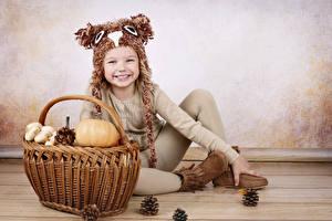 Hintergrundbilder Kürbisse Kleine Mädchen Lächeln Weidenkorb Zapfen Sitzend Kinder