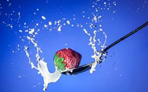 Fotos Erdbeeren Milch Großansicht Löffel Lebensmittel