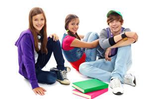 Hintergrundbilder Weißer hintergrund Drei 3 Jungen Kleine Mädchen Lächeln Buch Sitzend Kinder
