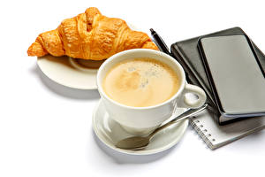 Fotos Kaffee Croissant Weißer hintergrund Tasse Löffel Notizblock Lebensmittel