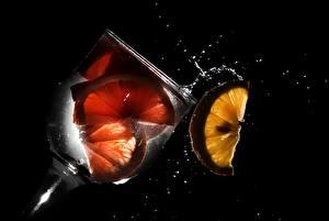 Fotos Getränke Zitrone Weinglas Schwarzer Hintergrund Lebensmittel
