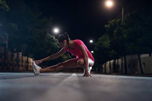 Bilder Fitness Braune Haare Trainieren Bein Nacht Mädchens Sport