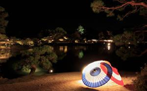 Fondos de Pantalla Japón Jardíns Estanque Noche Paraguas Farola Okayama Naturaleza