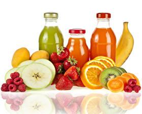 Bilder Fruchtsaft Obst Erdbeeren Himbeeren Zitrusfrüchte Bananen Weißer hintergrund Flasche