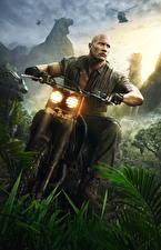 Bilder Jumanji: Willkommen im Dschungel Dwayne Johnson Mann Motorradfahrer Smolder Brasstown Film Prominente Motorrad