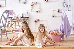 Fotos Kleine Mädchen Sitzt 2 Lächeln kind