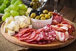 Fotos Fleischwaren Käse Wurst Schinken Gemüse Oliven Schneidebrett Geschnitten