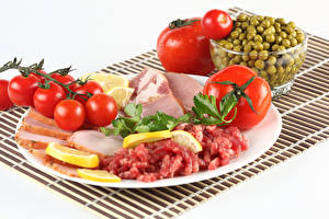 Hintergrundbilder Fleischwaren Schinken Tomate Grüne Erbsen Weißer hintergrund Teller