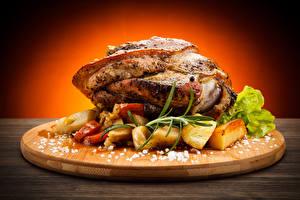 Fotos Fleischwaren Kartoffel Gemüse Schneidebrett Salz Lebensmittel