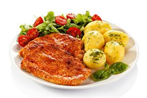 Fotos Fleischwaren Kartoffel Gemüse Weißer hintergrund Teller
