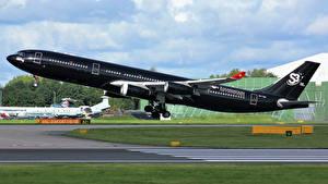 Hintergrundbilder Flugzeuge Verkehrsflugzeug Schwarz Flug Start Luftfahrt Seitlich Airbus A340-313 Luftfahrt