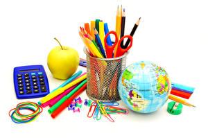 Fotos Schule Äpfel Schreibwaren Weißer hintergrund Bleistift Globus