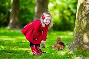 Hintergrundbilder Eichhörnchen Kleine Mädchen Lächeln Blick Kinder