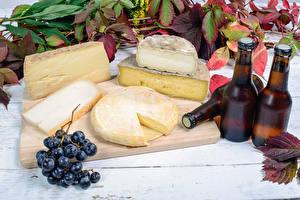 Bilder Stillleben Käse Bier Weintraube Flasche Schneidebrett Lebensmittel