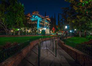 Hintergrundbilder Vereinigte Staaten Disneyland Park Haus Kalifornien Anaheim Nacht HDRI Design Rasen Straßenlaterne Natur