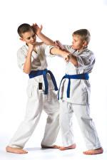 Fotos Weißer hintergrund Jungen Zwei Uniform Körperliche Aktivität Kinder