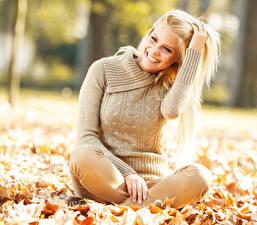 Hintergrundbilder Herbst Blondine Sweatshirt Lächeln Zähne Mädchens