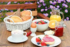 Fotos Butterbrot Brot Fruchtsaft Beere Konfitüre Frühstück Ei Weidenkorb Kanne Weckglas Lebensmittel