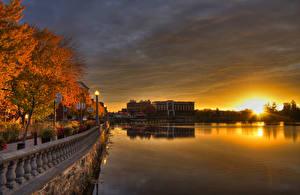 Bilder Kanada Haus Flusse Sonnenaufgänge und Sonnenuntergänge Herbst Quebec Bäume Straßenlaterne Zaun Waterfront Sherbrooke Städte